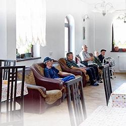 rezidenti azil batrani Cris facandu-si siesta