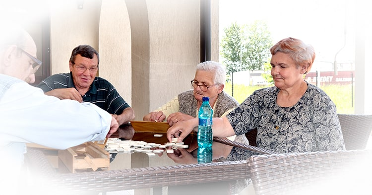 Seniori relaxandu-se la un joc de rummy