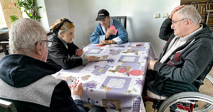 Rezidenti ai caminului CRIS relaxandu-se la un joc de carti